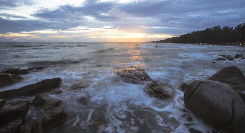 Mooie zonsondergang en overzeese golven royalty-vrije stock foto's