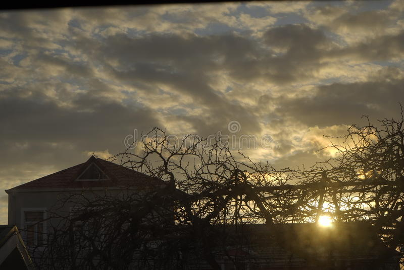 Mooie zonsondergang en stad, stads oranje wolken, royalty-vrije stock foto's