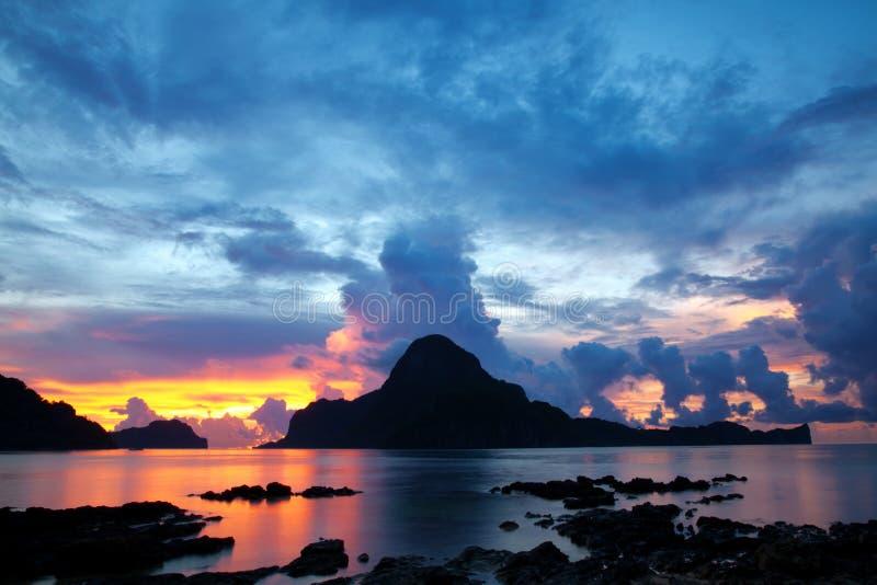 Mooie zonsondergang in Gr Nido stock afbeeldingen