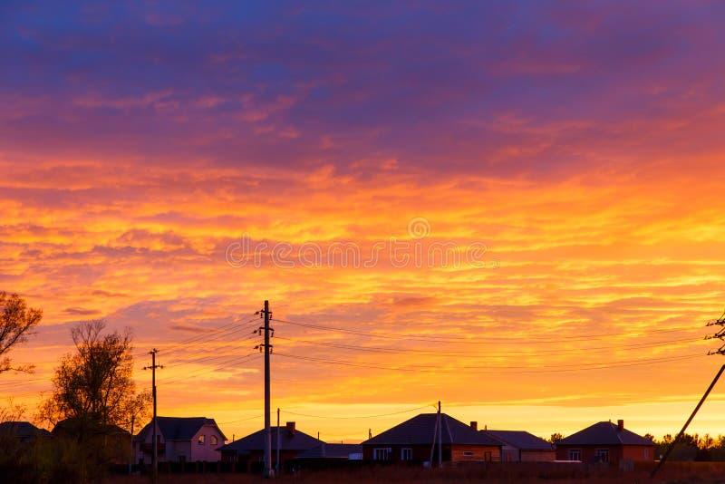 Mooie Zonsondergang Kleurrijke dramatische hemel bij zonsondergang Gelaagde regenwolken Heldere blauwe oranje achtergrond De text royalty-vrije stock foto