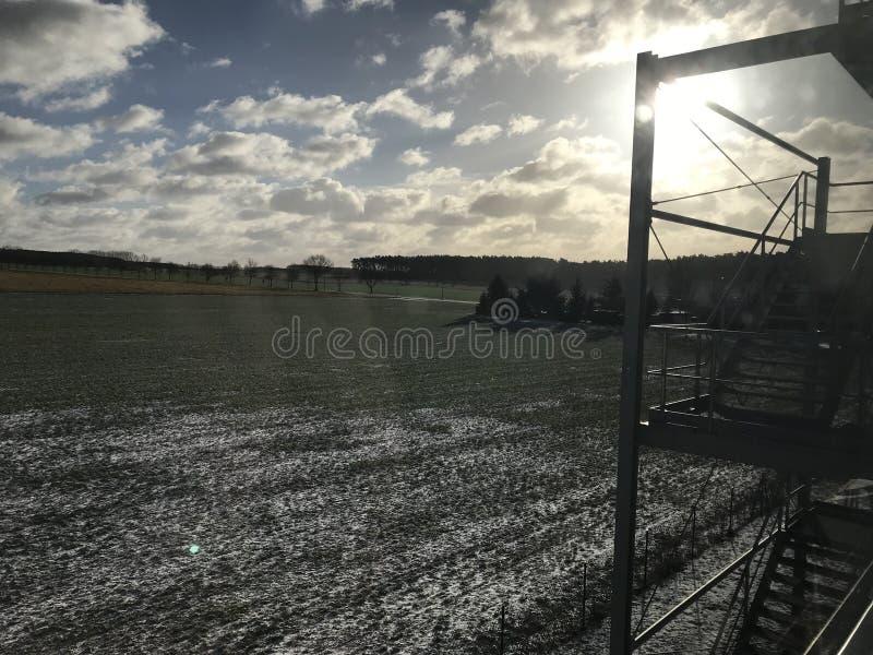 Mooie zonsondergang lichte Zon en sneeuw royalty-vrije stock afbeelding