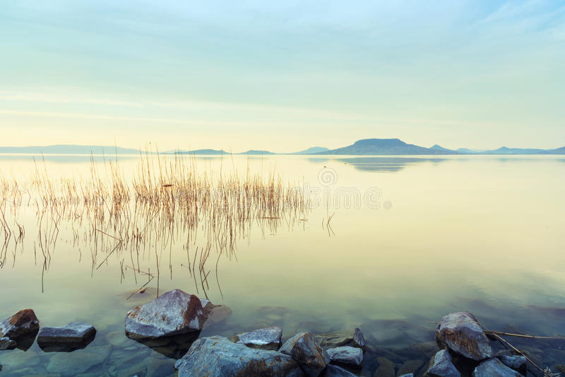 Mooie zonsondergang in meer Balaton royalty-vrije stock afbeelding