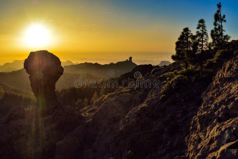 Mooie zonsondergang met de Roque Nublo-piek op het eiland van Gran Canaria, Spanje stock foto's