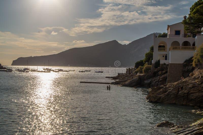 Mooie zonsondergang met paar in Sant-Iep op Mallorca, Spanje royalty-vrije stock afbeelding