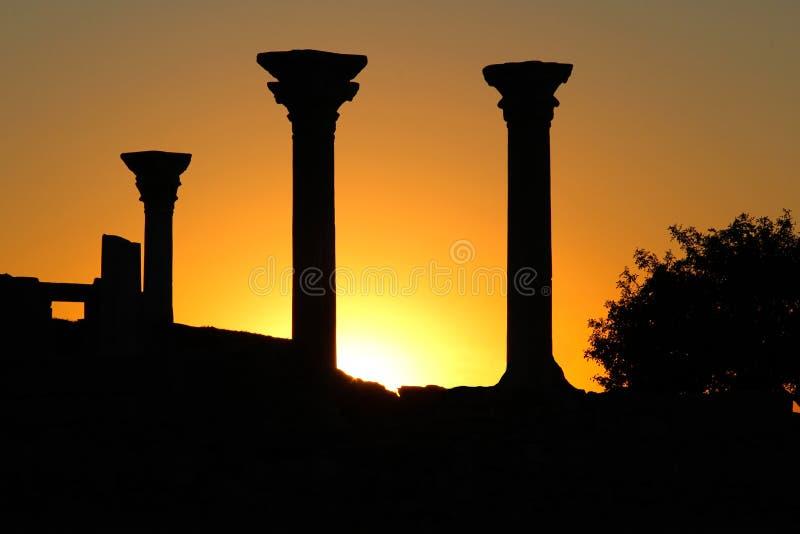 Mooie zonsondergang met silhouet van oude kolommen in Chersonese van Taurida, de Krim royalty-vrije stock afbeelding