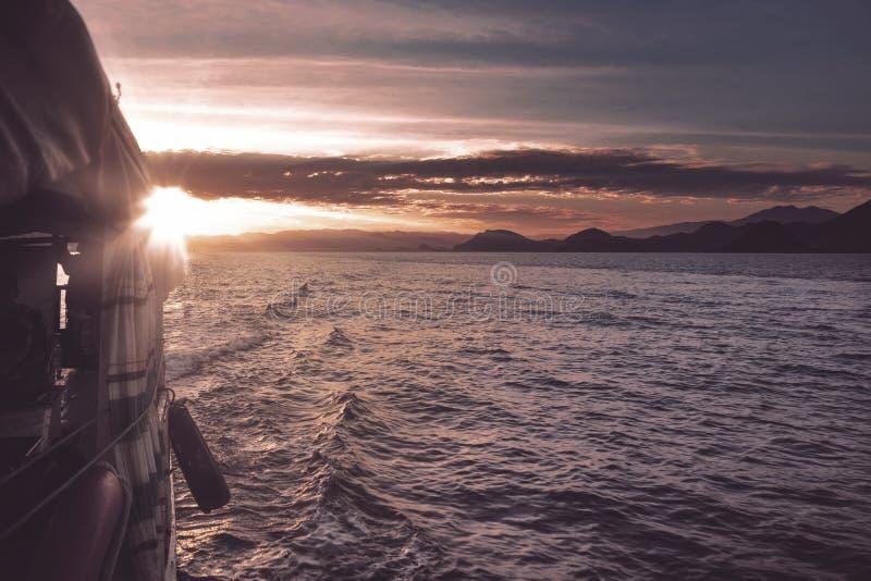 Mooie zonsondergang met toeristenboot royalty-vrije stock afbeeldingen