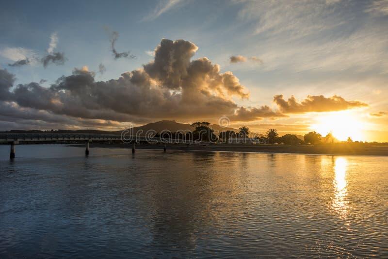 Mooie zonsondergang met waterbezinning stock fotografie
