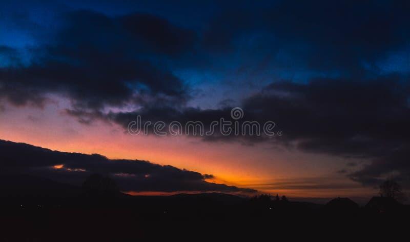 Mooie zonsondergang in ongelooflijke kleur royalty-vrije stock fotografie