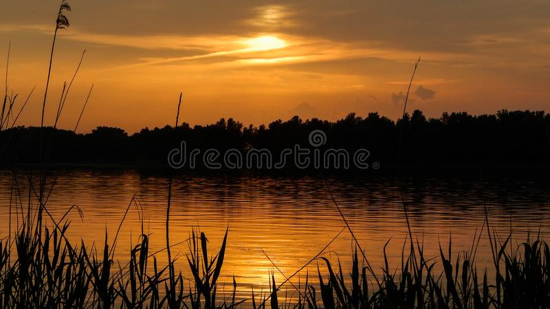 Mooie zonsondergang op de Dnipro-Rivier royalty-vrije stock fotografie