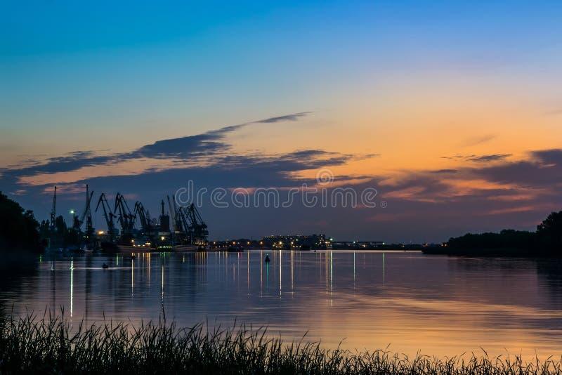 Mooie zonsondergang op de riverbank bewolkte avond stock afbeeldingen