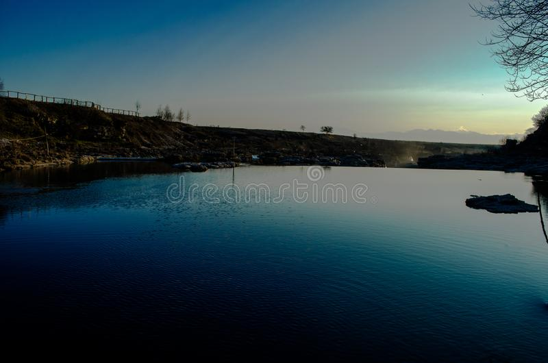 Mooie zonsondergang op de rivier royalty-vrije stock afbeeldingen
