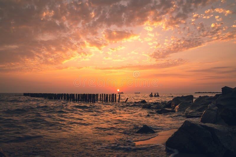 Mooie zonsondergang op de Zwarte Zee Gouden overzeese zonsondergang Poti, Georgië royalty-vrije stock foto