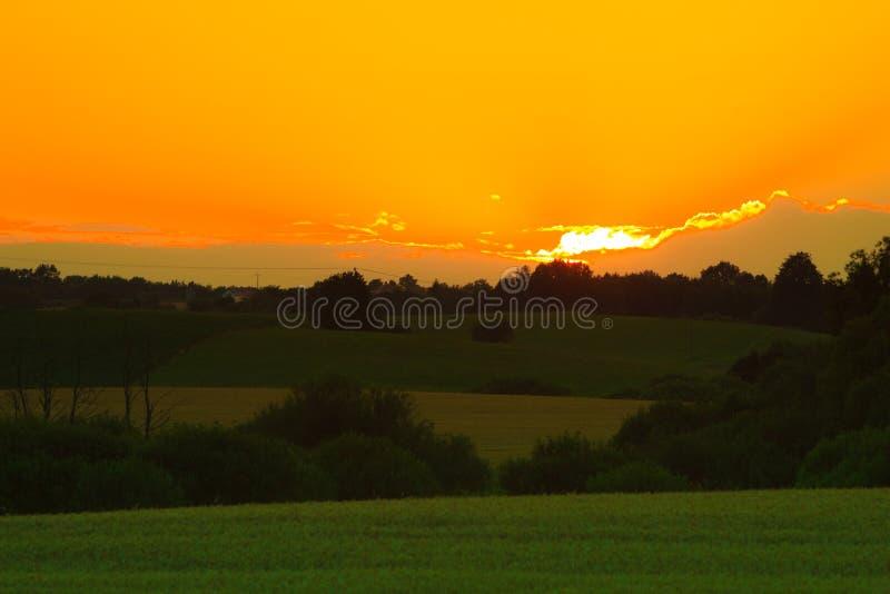 Download Mooie Zonsondergang Op Een De Lentegebied Stock Afbeelding - Afbeelding bestaande uit gloed, donker: 54091423