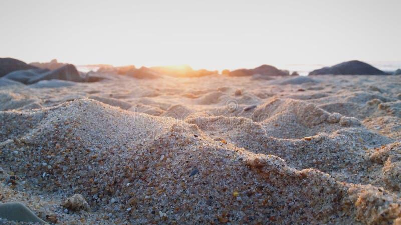 Mooie zonsondergang op een strand stock foto
