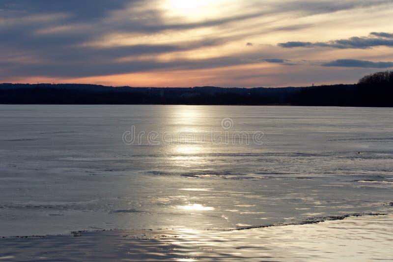Mooie zonsondergang op het ijzige meer royalty-vrije stock afbeeldingen