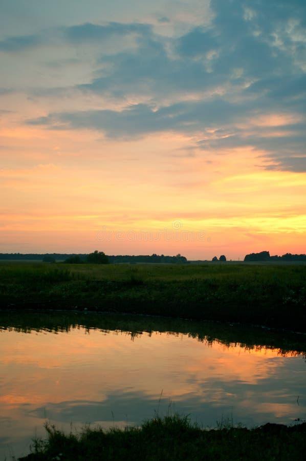 Mooie zonsondergang op het meer stock foto