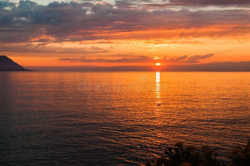 Mooie zonsondergang op het meer Genève in Zwitserland stock foto