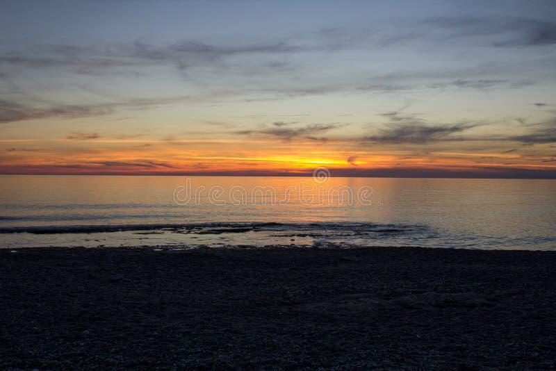 Mooie zonsondergang op het overzees stock afbeelding
