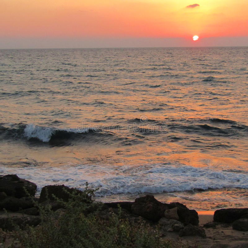 Mooie zonsondergang op het overzees in Israël stock afbeelding