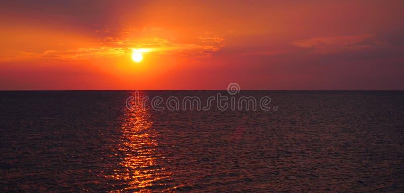 Mooie zonsondergang op het overzees stock afbeeldingen