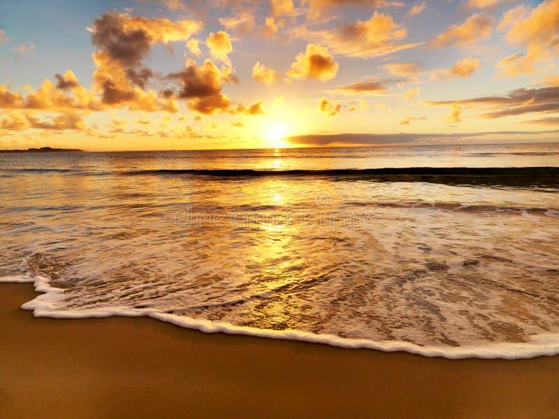 Mooie zonsondergang op het strand royalty-vrije stock foto's
