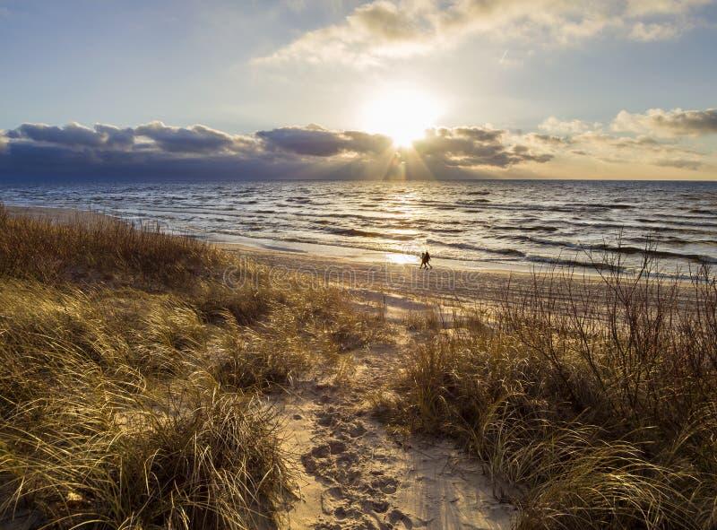 Mooie zonsondergang op het zandige strand van de Oostzee in Litouwen, Klaipeda stock afbeelding