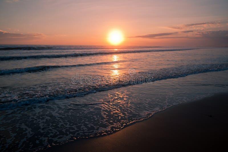 Mooie zonsondergang op het zeegezicht stock afbeeldingen