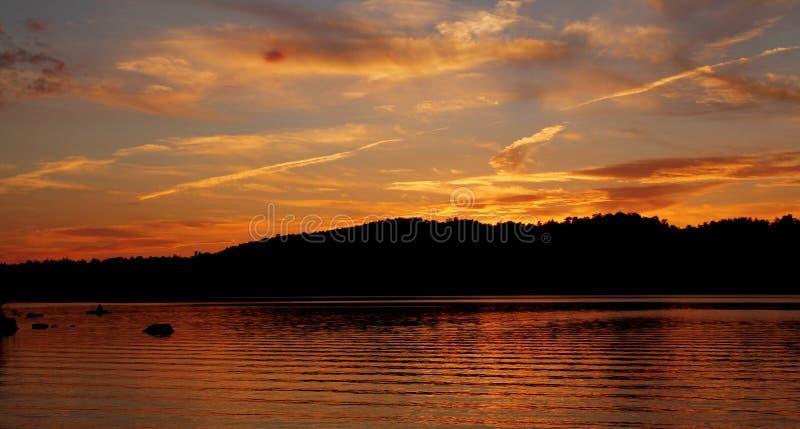 Mooie zonsondergang op meer royalty-vrije stock foto's