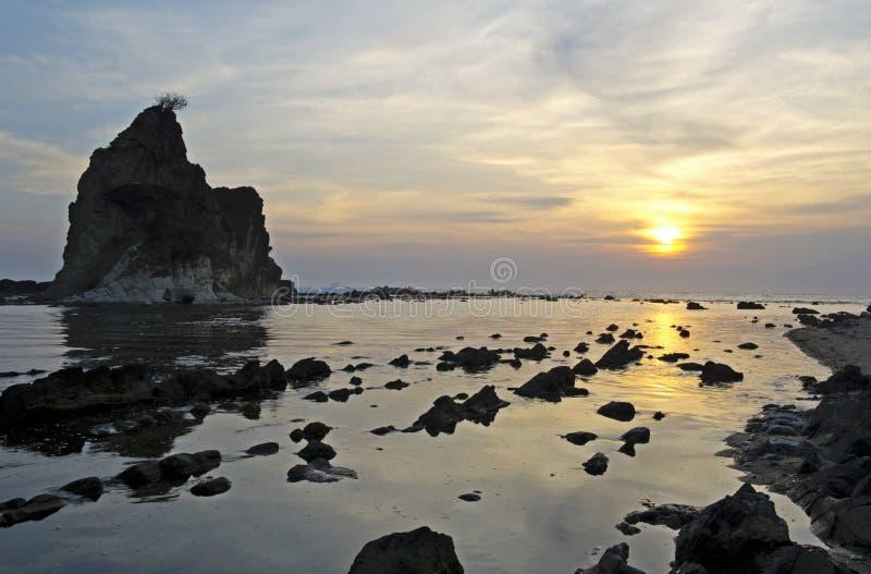 Mooie zonsondergang op Sawarna stock foto
