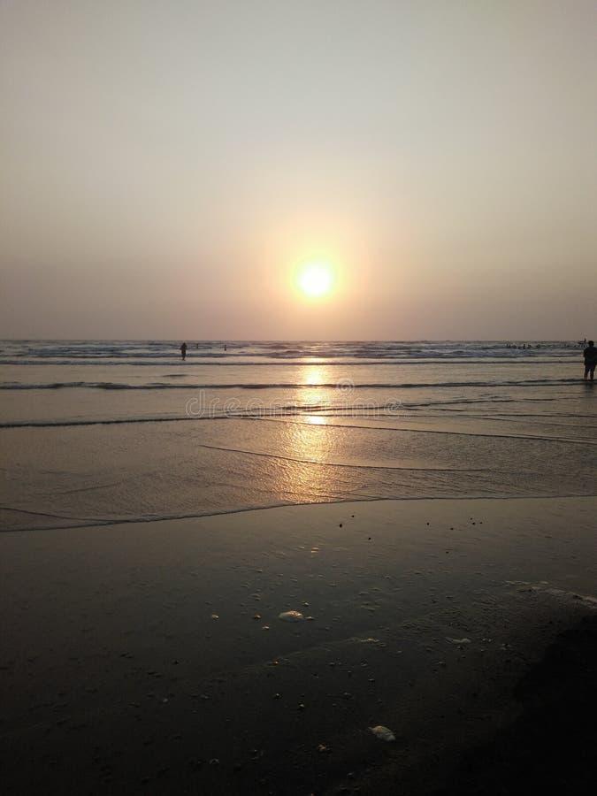 Mooie zonsondergang op strand royalty-vrije stock afbeeldingen