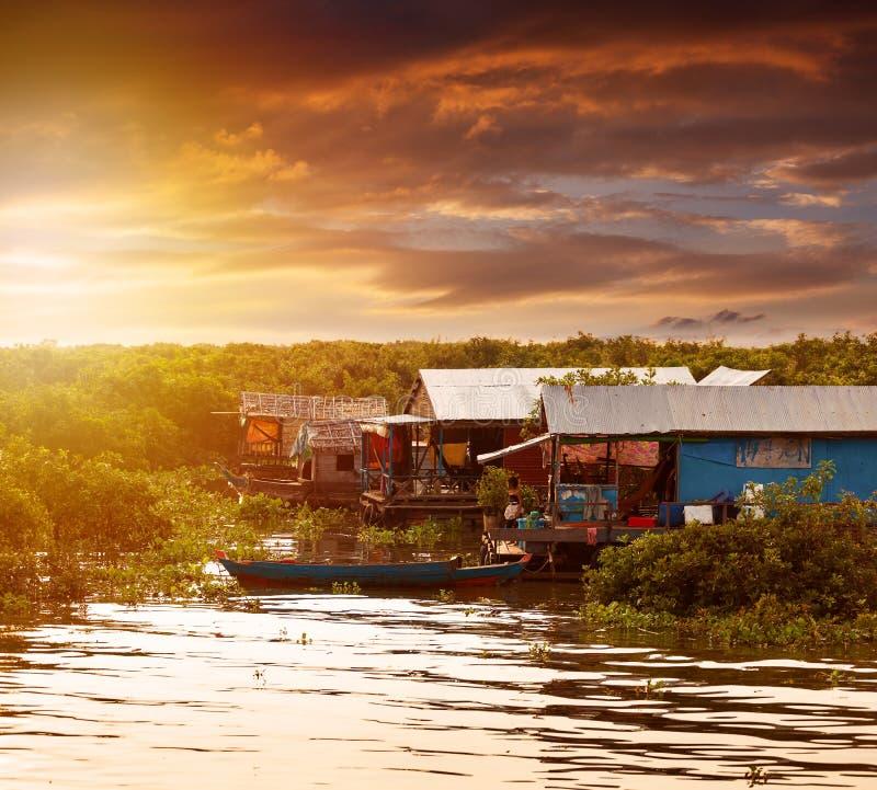 Mooie zonsondergang op Tonle-Sapmeer en waterdorp kambodja stock fotografie