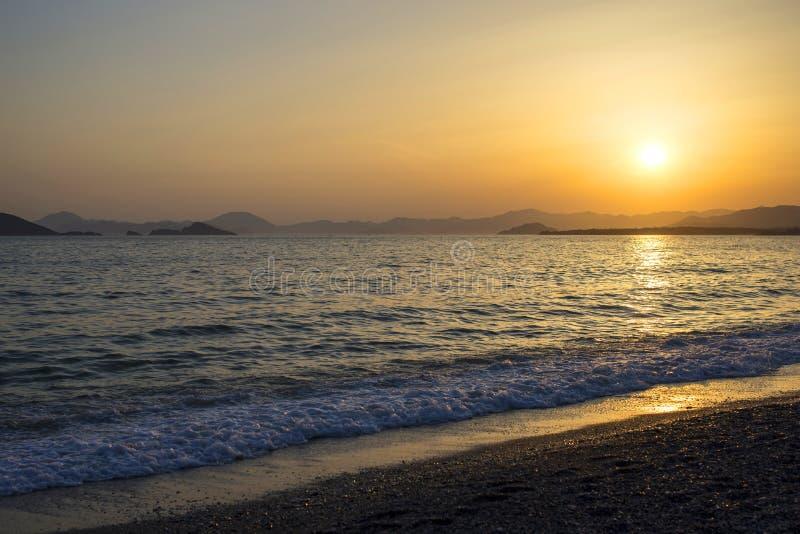 Mooie zonsondergang op zee royalty-vrije stock afbeeldingen