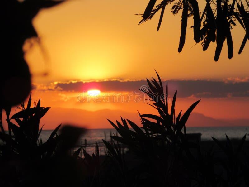 Mooie zonsondergang in oranje en geel over het strand in Turkije stock afbeelding
