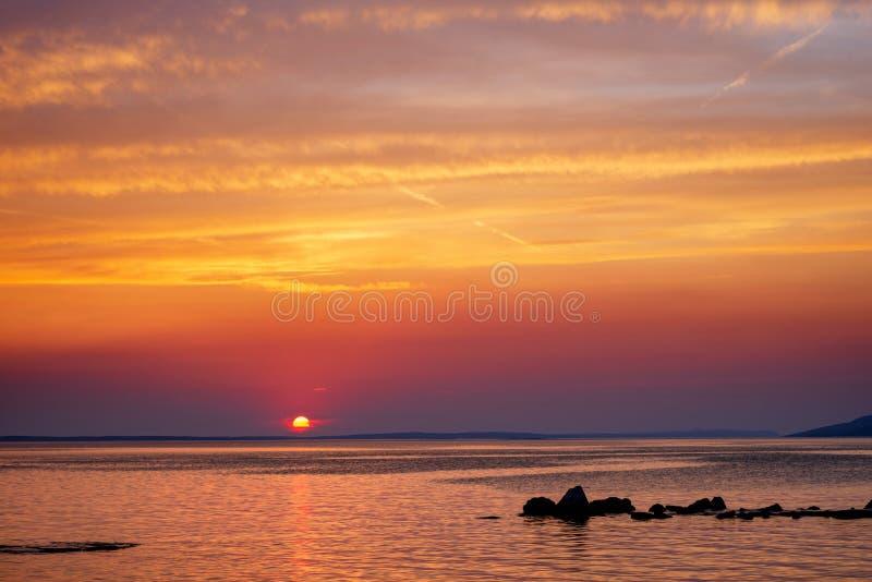 Mooie Zonsondergang over Adriatische Overzees dichtbij Starigrad in Kroatië stock foto