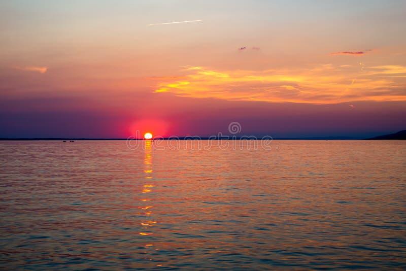 Mooie Zonsondergang over Adriatische Overzees dichtbij Starigrad in Kroatië stock afbeeldingen