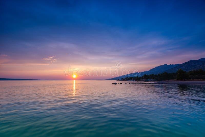 Mooie Zonsondergang over Adriatische Overzees dichtbij Starigrad in Kroatië stock foto's