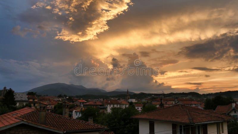 Mooie zonsondergang over daken van Frans dorp van Heilige Girons royalty-vrije stock foto