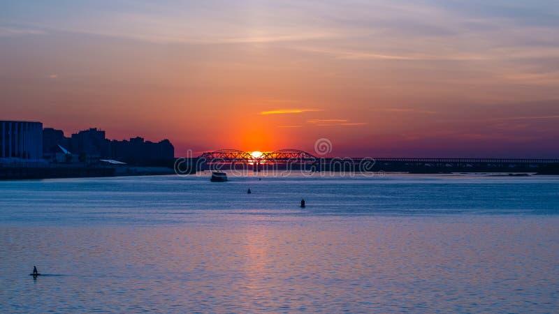 Mooie zonsondergang over de grote rivier stock foto
