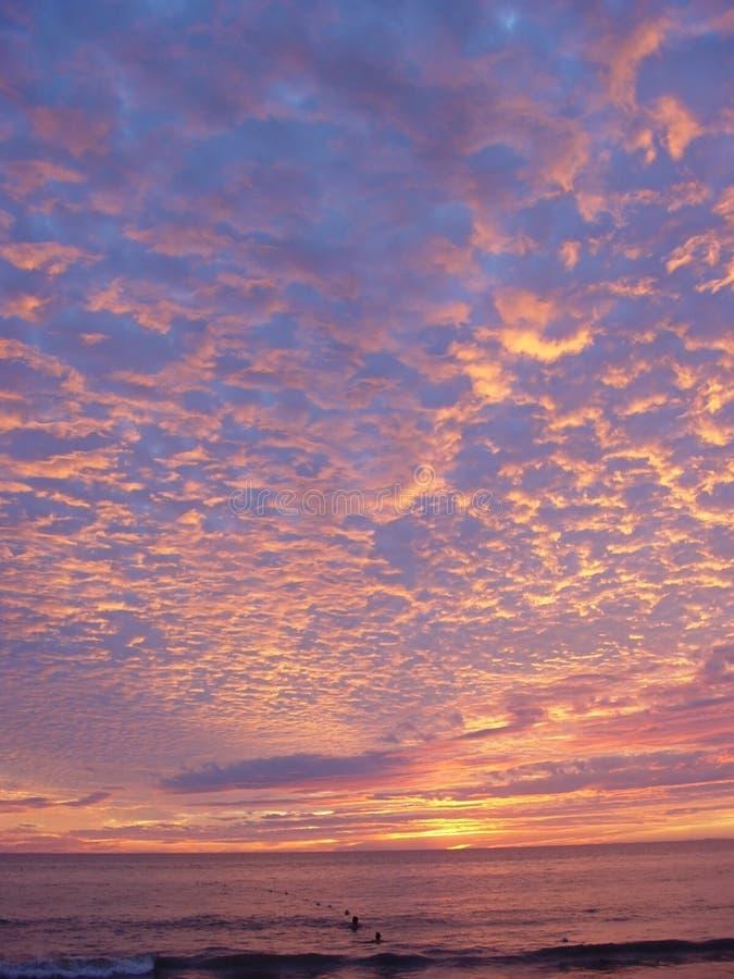 Mooie zonsondergang over de oceaan royalty-vrije stock foto's