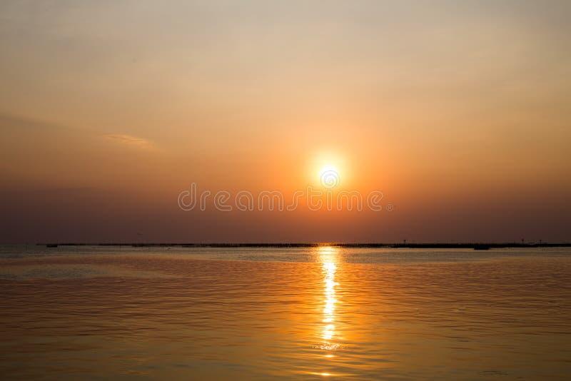 Mooie zonsondergang over de oceaan Zonsopgang in het overzees stock afbeelding