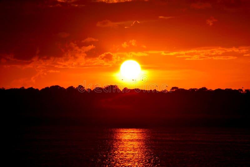 Mooie zonsondergang over de rivier royalty-vrije stock fotografie