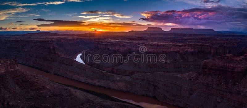 Mooie Zonsondergang over de Rivier van Colorado dichtbij het Lijnwesten en royalty-vrije stock foto's