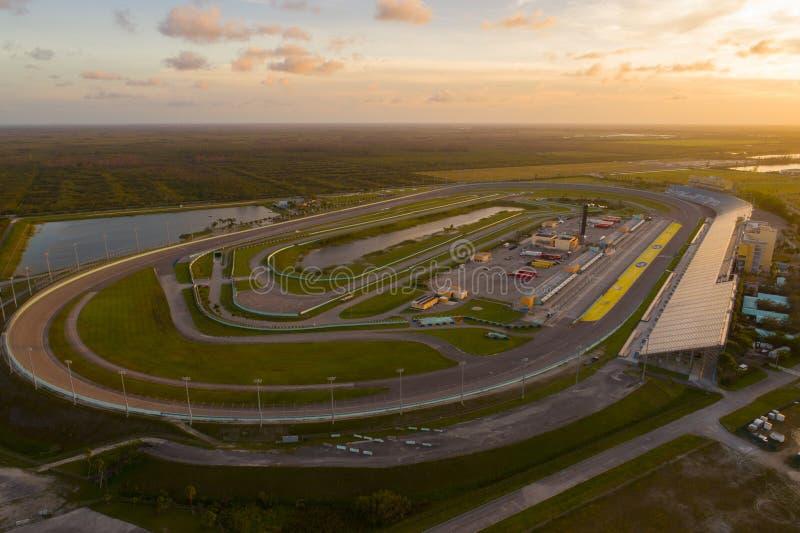Mooie zonsondergang over de Speedwaybaan van Hoevemiami royalty-vrije stock fotografie