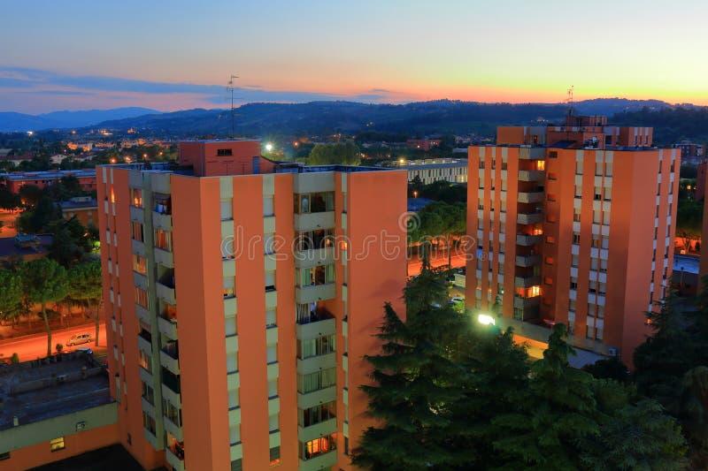 Mooie zonsondergang over de stad van Imola in Italië stock foto's