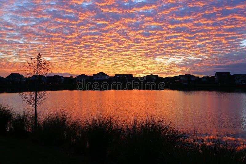 Mooie Zonsondergang over een meer stock fotografie
