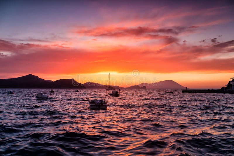 Mooie zonsondergang over Egeïsche overzees, Klima in Milos-eiland Griekenland royalty-vrije stock afbeeldingen