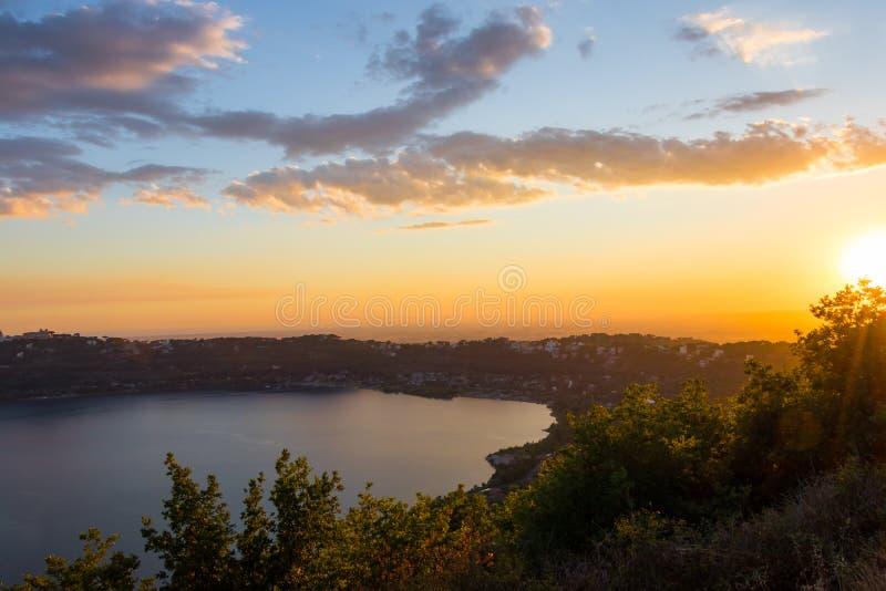 Mooie zonsondergang over het meer Albano nabijgelegen Rome, Italië royalty-vrije stock afbeelding
