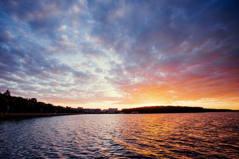 Mooie zonsondergang over het meer Cumuluswolken bij royalty-vrije stock afbeeldingen