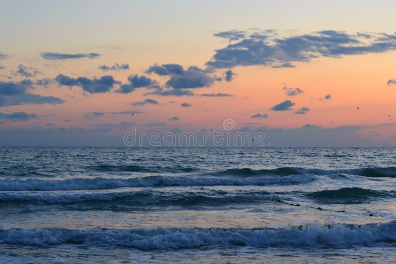 Mooie zonsondergang over het overzees. stock foto