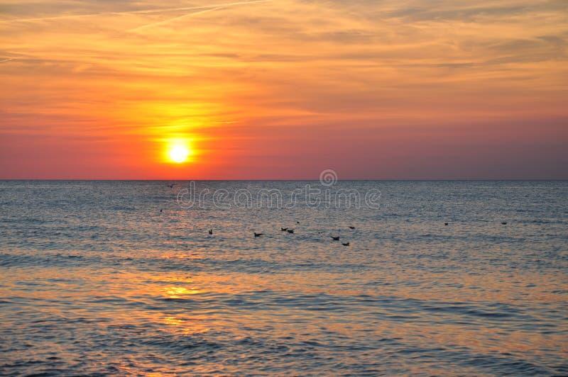 Mooie zonsondergang over het overzees royalty-vrije stock foto